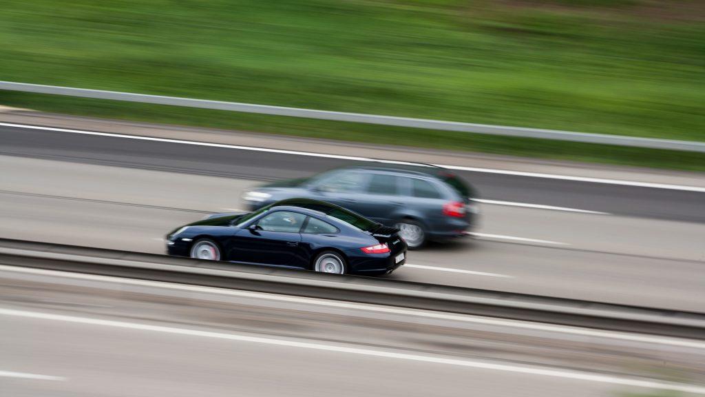 Fakt ist: Zu schnelles Fahren ist der Hauptfaktor für tödliche Unfälle. Foto: Sponchia / pixabay