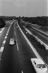 """Heutzutage """"kriecht"""" man schon mit 140 auf der Autobahn. Foto: Pot, Harry / Anefo"""
