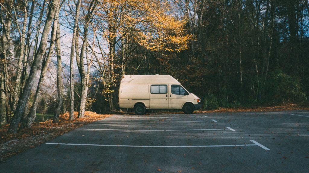 weißer Transporter. Foto: Tobias Tullius / Unsplash