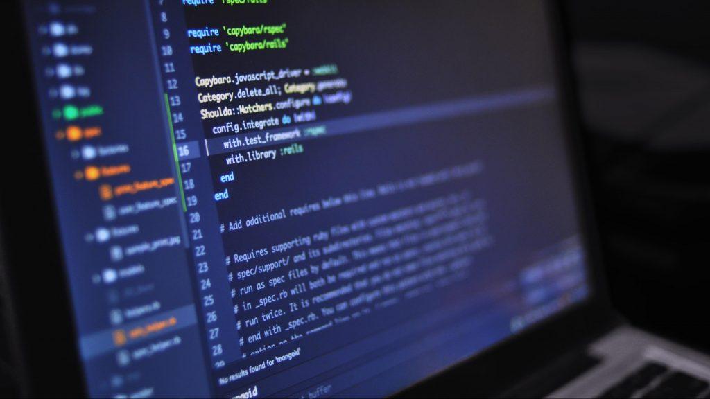 Bildschirm mit Code. Foto von luis gomes / pexels.com