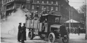 Truppen der Regierung Kapp auf einem Lastwagen am Potsdamer Platz in Berlin. Foto: Bundesarchiv, Bild 146-1970-051-65 / Haeckel, Otto / CC-BY-SA 3.0