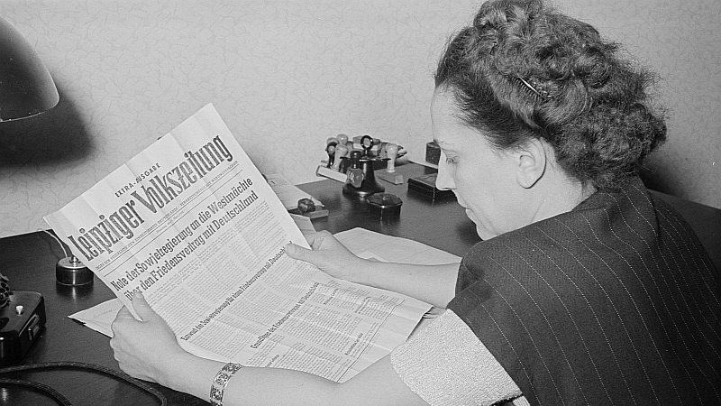 Porträt von Margarete Däumichen mit der Leipziger Volkszeitung. Foto: Rössing, Roger & Rössing, Renate, Deutsche Fotothek, CC BY-SA 3.0 DE