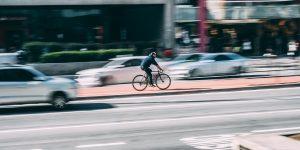Fahrradfahrer auf Straße. Foto: Pexels / Pixabay