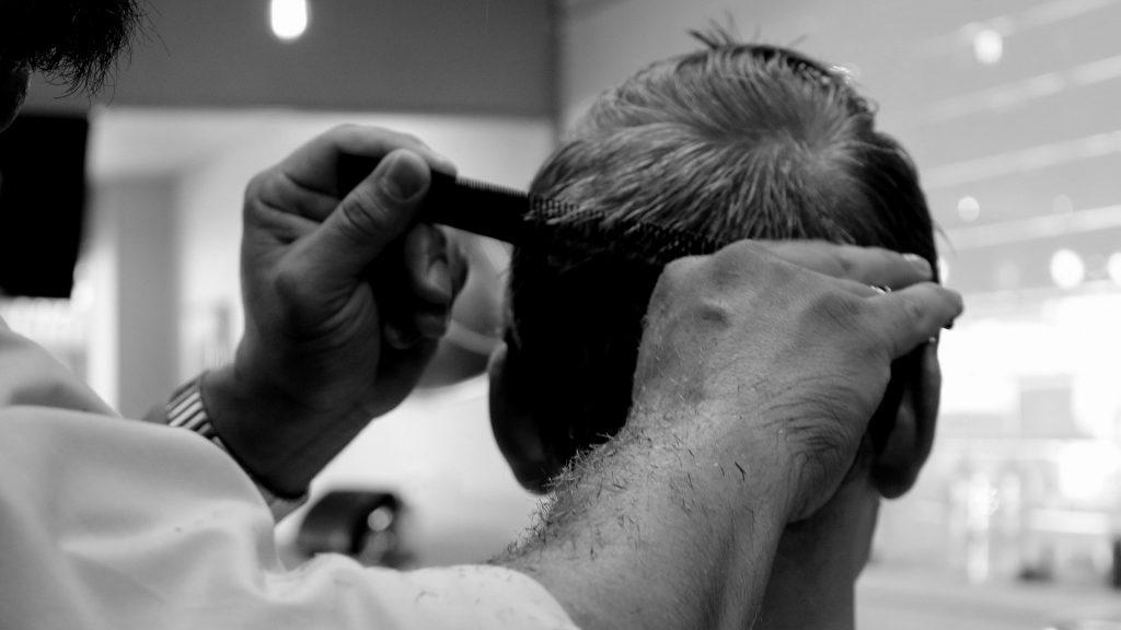 Mensch kriegt einen Haarschnitt. Foto: Renee_Olmsted_Photography / pixabay
