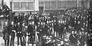 Eine Sitzung des konstituierenden Reichstages, Februar-April 1867; Bismarck steht direkt unterhalb des Pultes des Parlamentspräsidenten. Der konstituierende Reichstag verhandelte mit den verbündeten Regierungen über die Norddeutsche Bundesverfassung. Eröffnet wurde das Gremium am 24. vom König im Berliner Schloss, die erste Sitzung fand am Tag danach statt.