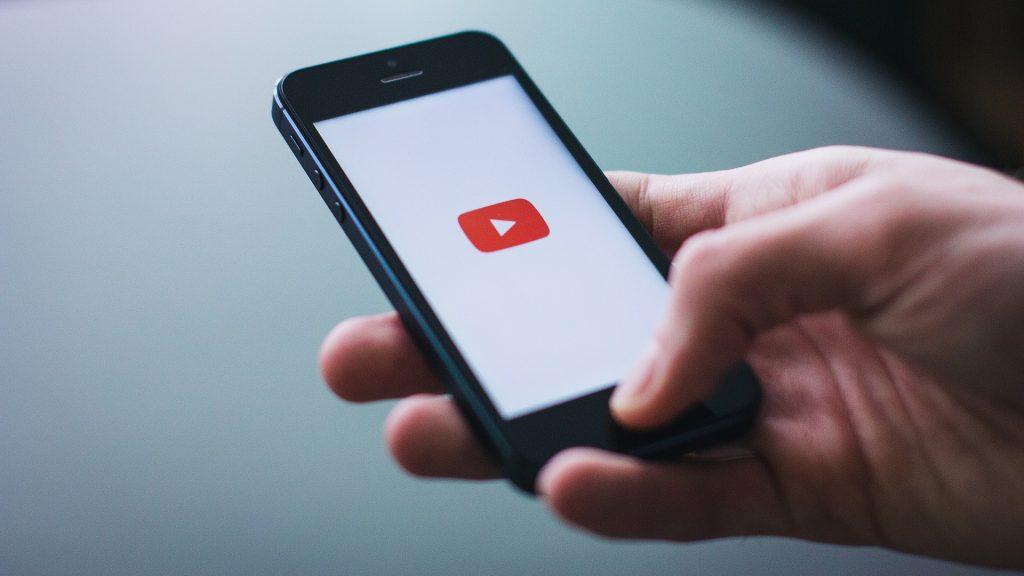 """Die Videos werden auf YouTube gepostet oder als """"Kettenbriefe"""" über WhatsApp verschickt. Foto: StockSnap / pixabay"""