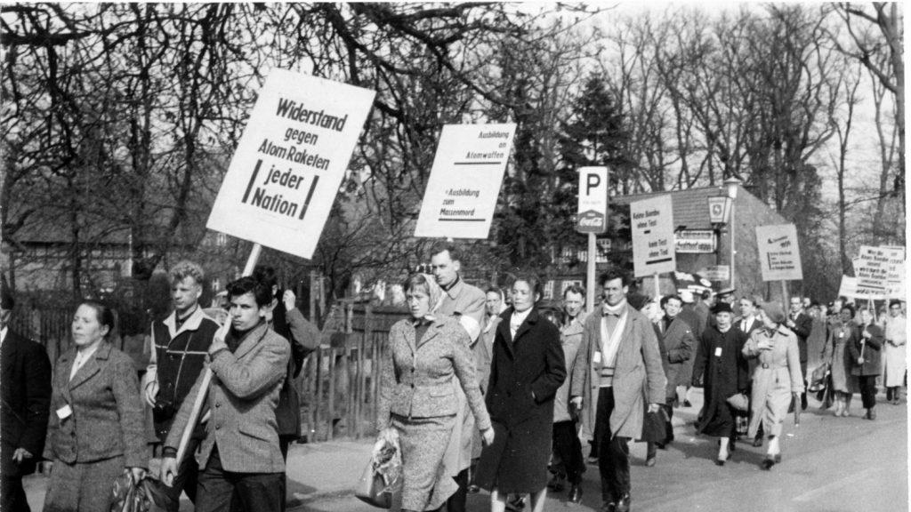 Ostermarsch 1960 von Hamburg nach Bergen-Hohne (die anderen Sternmarsch-Gruppen kamen von Bremen, Braunschweig und Hannover). Foto: Konrad Tempel