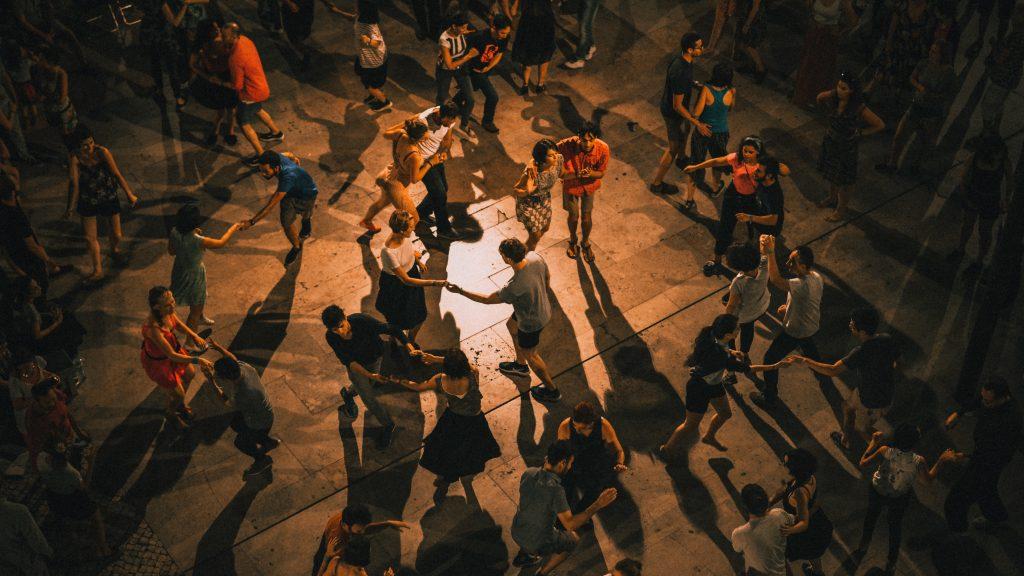 menschen tanzen auf einer tanzfläche. Foto: Ardian Lumi / Unsplash