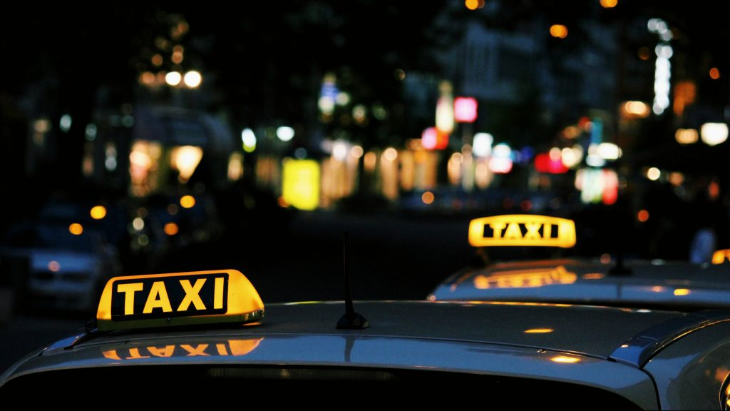 Taxis bei Nacht. Foto: Lexi Ruskell / Unsplash
