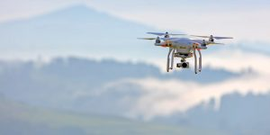 Fliegende Drone mit Kamera. Foto: Ricardo Gomez Angel / Unsplash