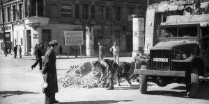 Entfernung einer Straßensperre in der Friedrichstraße nach der Blockade (Mai 1949). Foto: Bundesarchiv, Bild 183-S85102 / Heilig, Walter / CC-BY-SA 3.0