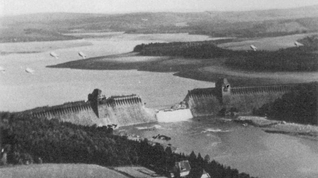 Durch den Bombenangriff stark beschädigte Staumauer mit Sperrballonen zur Abwehr von feindlichen Flugzeugen (1943). Foto: Flying Officer Jerry Fray RAF