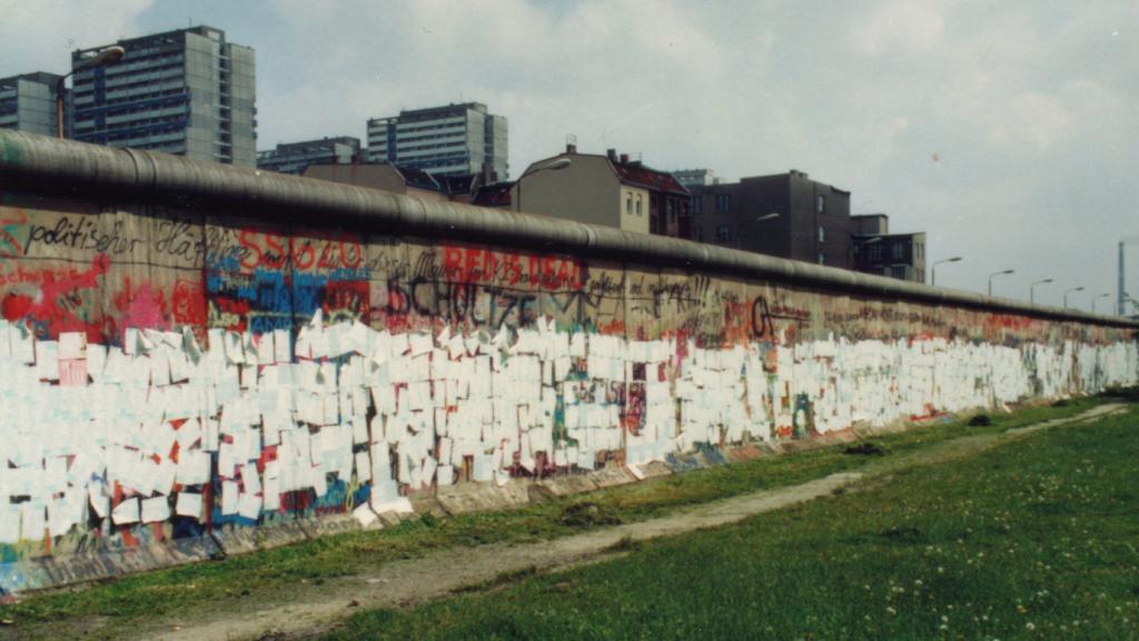 Protest gegen die Volkszählung 1987: Beklebung der Berliner Mauer mit Personenbögen
