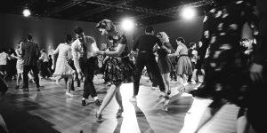 Menschen tanzen ausgelassen auf Bühne. Foto: Byron Stumman / Unsplash.com