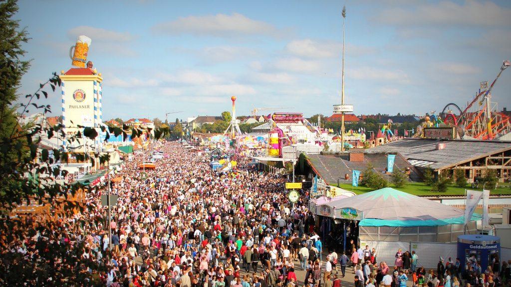 Menschenmenge auf Oktoberfest. Foto: Pexels / Pixabay