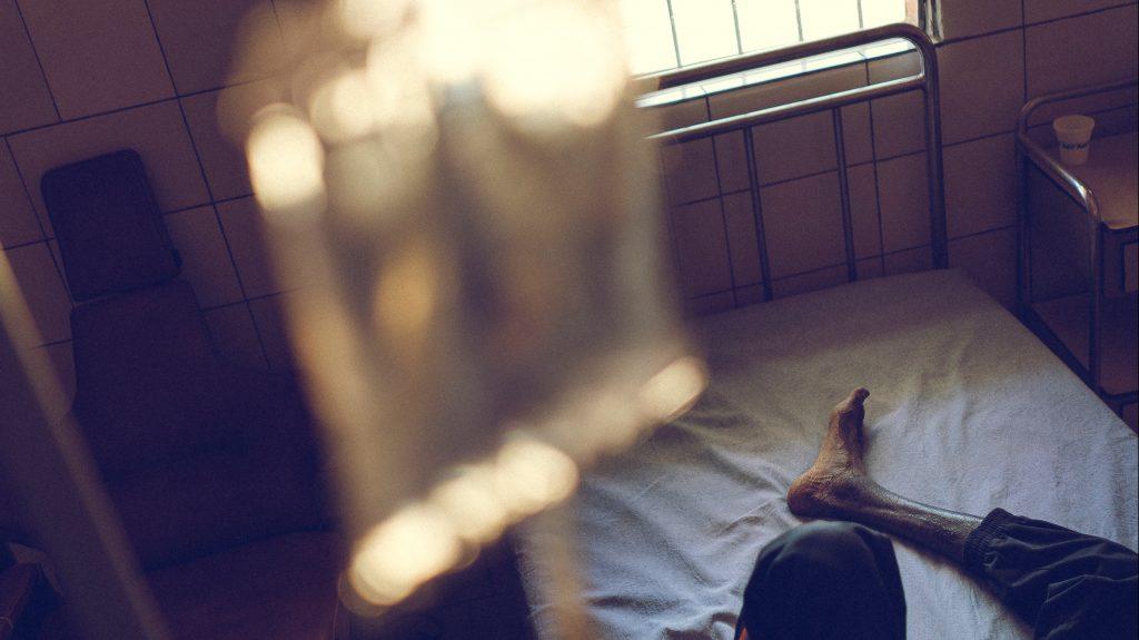Mensch liegt im Krankenhausbett. Foto: Vittore Buzzi / Unsplash
