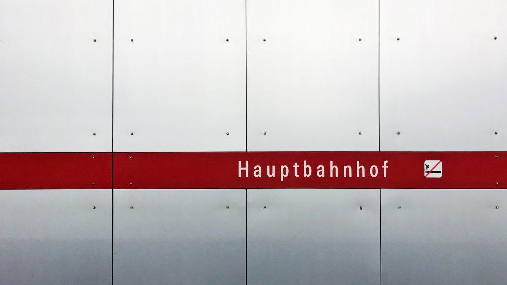 Rauchen verboten am Hauptbahnhof. Foto: Jan Kolar / VUI Designer / Unsplash