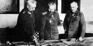 Wilhelm II. mit Generalfeldmarschall von Hindenburg (links) und dem Ersten Generalquartiermeister Ludendorff im Großen Hauptquartier, 1917